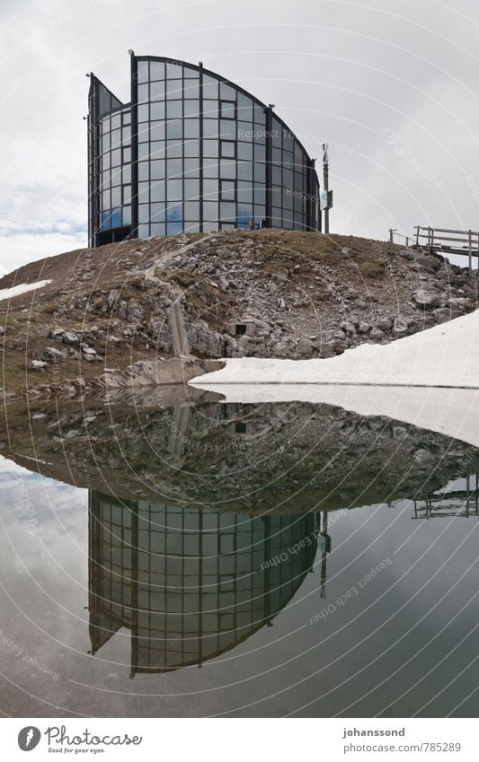Spiegelung Architektur Landschaft Wasser Wolken Frühling Schnee Berge u. Gebirge Seeufer Teich Leysin Drehrestaurant Moderne Architektur Fassade Fenster wandern
