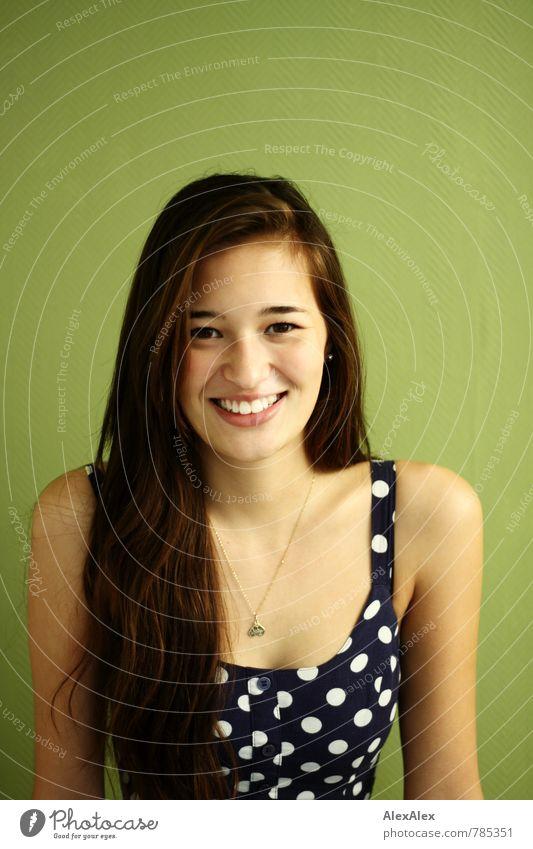 Portrait ohne Rahmen mit Vanessa Jugendliche blau schön grün Junge Frau Freude 18-30 Jahre Gesicht Erwachsene natürlich lachen Glück Raum leuchten Fröhlichkeit