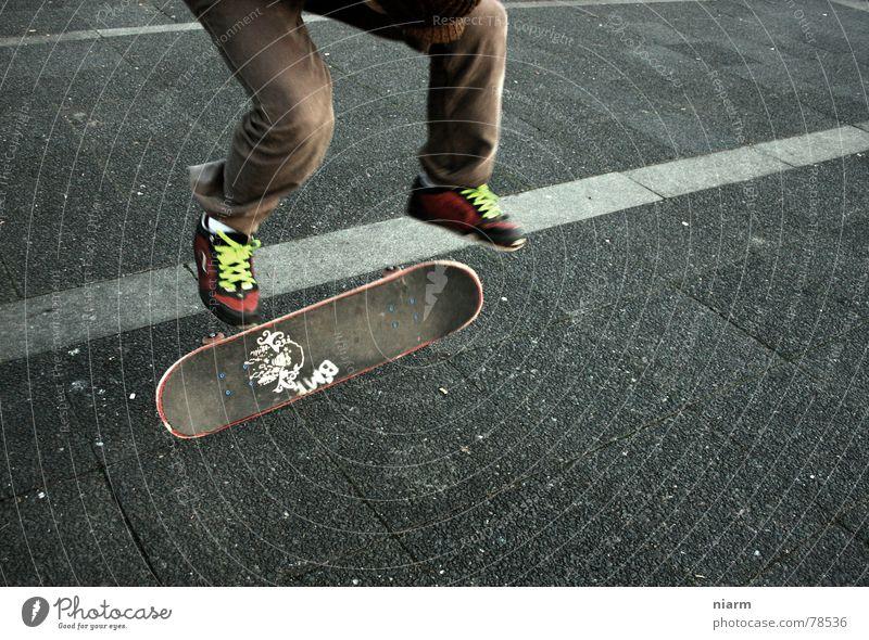 SPRUNG 1 Kickflip Salto drehen fahren springen hüpfen Beginn Schuhbänder Knie Erwartung Nervosität aufregend Skateboard Asphalt grün Hand Straßenbelag Fahrzeug