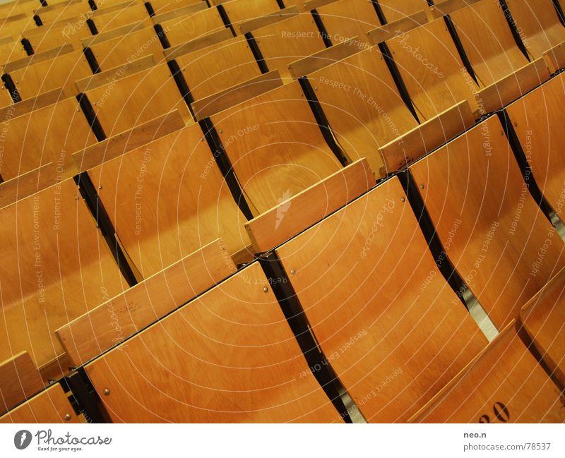 In Reihe und Glied Möbel Stuhl lernen Student Hochschullehrer Hörsaal Prüfung & Examen Holz sitzen braun Klappstuhl Studium Stuhlreihe Farbfoto Innenaufnahme