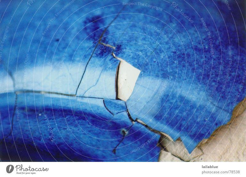 broken Töpfer Handwerk Skulptur Garten Keramik Stein glänzend alt historisch kalt kaputt blau weiß Enttäuschung Misserfolg Nostalgie Verfall Vergänglichkeit