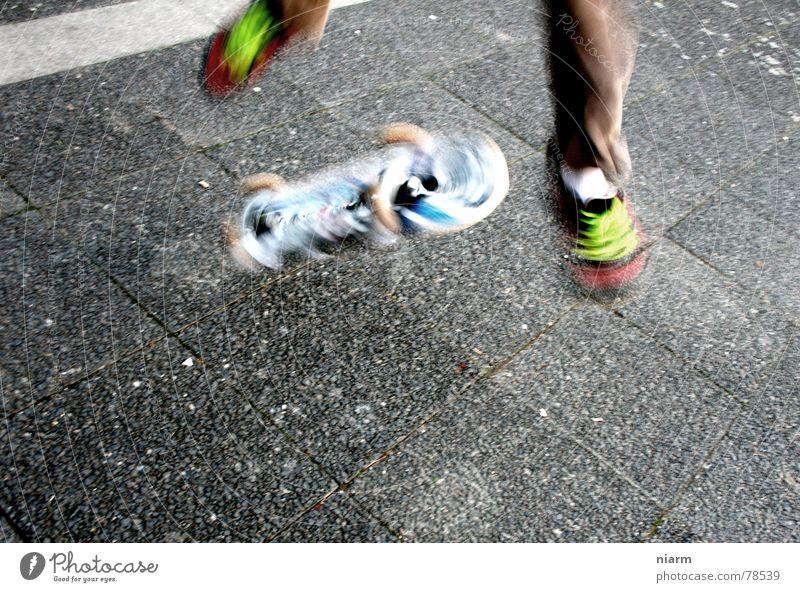 SPRUNG 2 Applaus drehen fahren springen hüpfen Beginn Schuhbänder Skateboard Asphalt grün Erwartung Straßenbelag Fahrzeug Freude Kickflip Spannung Salto