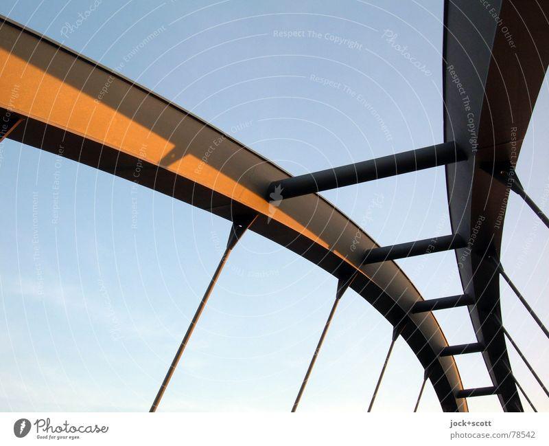 Stec Architektur Wege & Pfade oben Metall elegant Kraft Zufriedenheit modern Perspektive hoch Vergänglichkeit Brücke Eisenbahn dünn Wolkenloser Himmel Verkehrswege