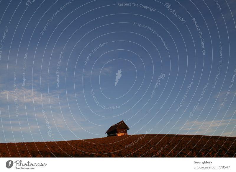 happy hovel schön alt Himmel blau Haus Wolken Einsamkeit Herbst Holz Glück Landschaft braun Feld Wellen klein