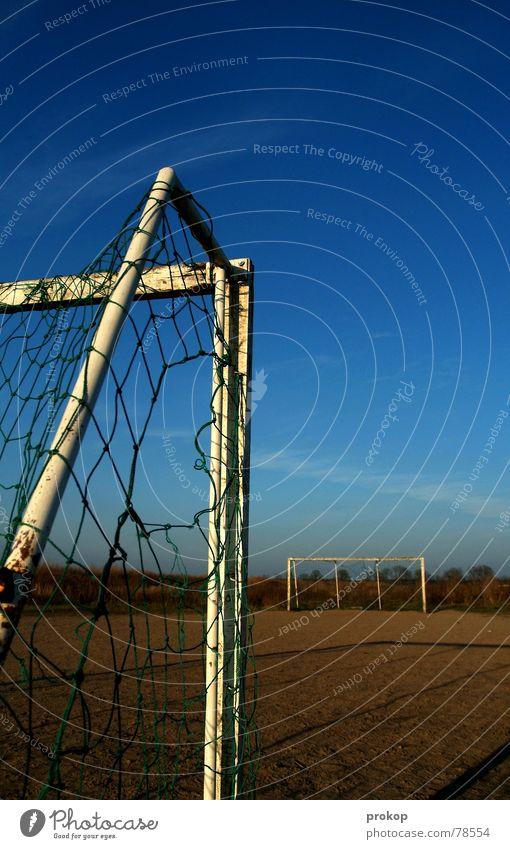 Zwischen den Stürmen Pfosten Fußballplatz transpirieren Lattenkreuz rote Karte gelbe Karte Platz Staub Sport Spielen Ballsport Erde Sand Netz weinen verteidigen