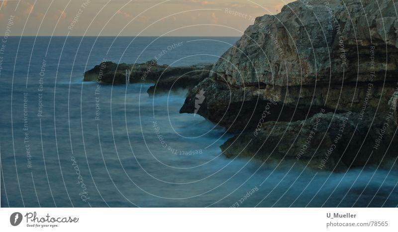 Abstieg ins Ungewisse Gemälde Mallorca ungewiss Felsvorsprung verloren Wellen Ferien & Urlaub & Reisen Einsamkeit Dämmerung Verlauf dunkel Langzeitbelichtung