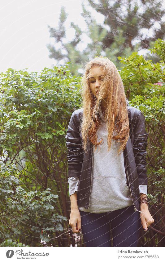 Mensch Natur Jugendliche schön Pflanze Junge Frau Freude 18-30 Jahre Erwachsene Gefühle Haare & Frisuren Freiheit Glück Denken Stimmung Mode