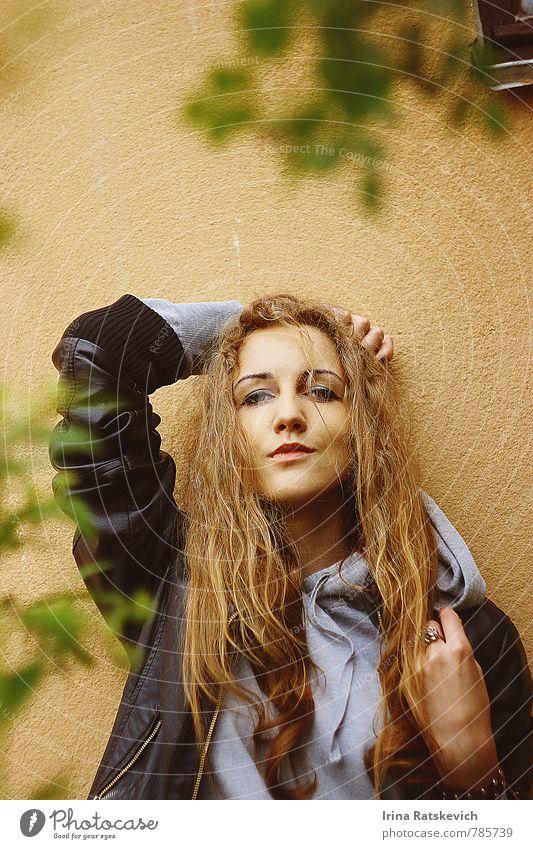 Mensch Jugendliche schön Farbe Junge Frau Freude 18-30 Jahre Erotik Erwachsene Wand Gefühle Mauer Haare & Frisuren Stimmung träumen Park