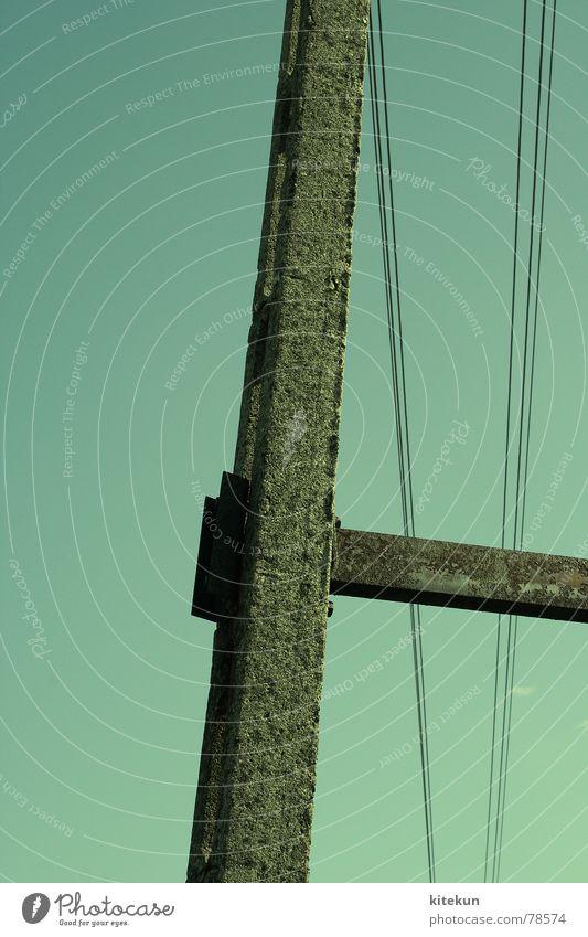 stromleitungen sind die coolsten leitungen der welt! Himmel blau grün Sommer Stil Stein Energiewirtschaft leer Elektrizität Kabel Klarheit Strommast Leitung wenige Lücke Hochspannungsleitung