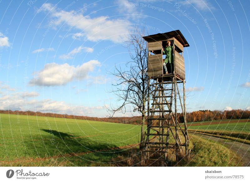 weidmanns heil Freizeit & Hobby Jagd Frau Erwachsene Umwelt Natur Landschaft Himmel Wolken Herbst Turm Hochsitz beobachten Wachsamkeit Kontrolle Umweltschutz
