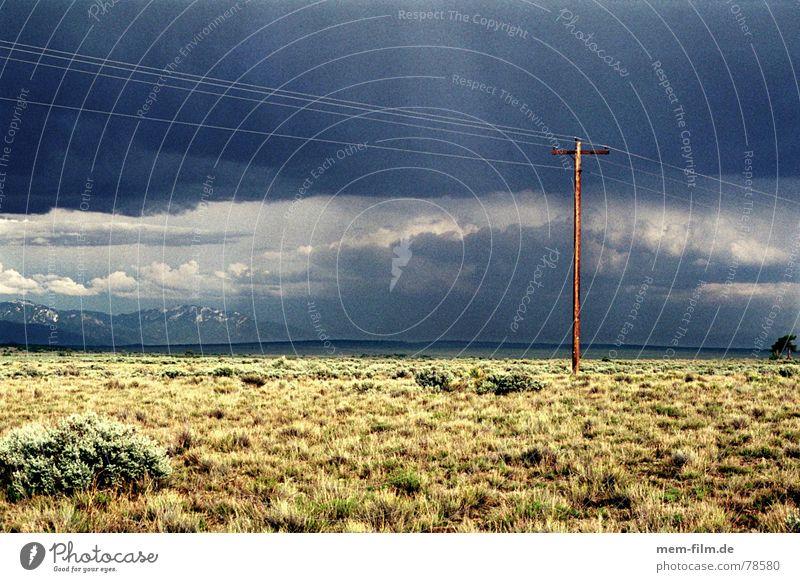 gewitterstimmung 1 Himmel Ödland trist Außenaufnahme Wolken Sonne Strommast Steppe Telefonmast Utah dunkel USA Regen Amerika Licht Gewitterregen Wüste