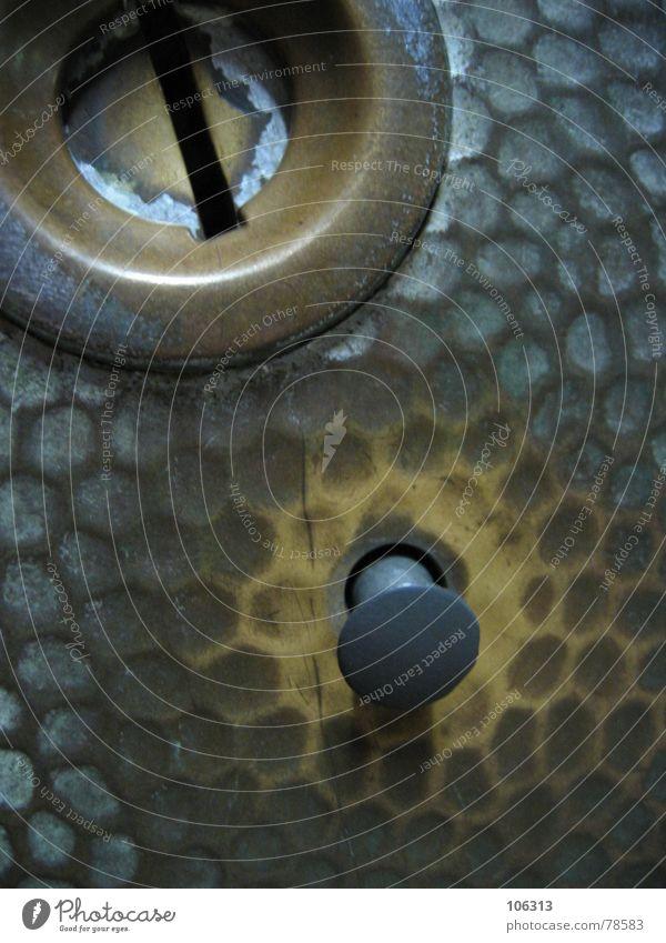 THE GERMAN SCHLITZ alt Geld Bildausschnitt Anschnitt Schalter Blech Abnutzung Geldmünzen Messinstrument Waage Automat Einwurfschlitz einwerfen Schlangenmaserung