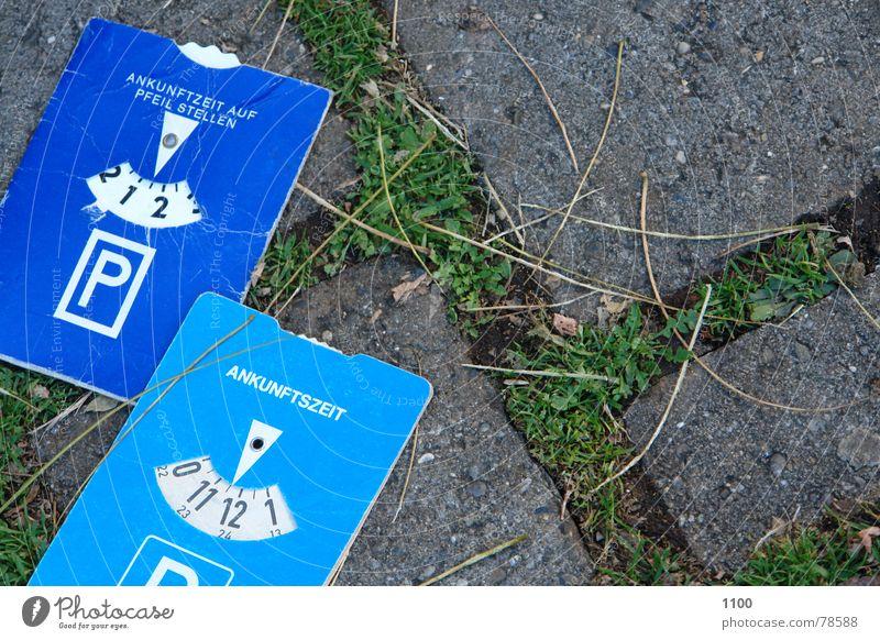 Parkscheiben im Duett blau Straße Gras Stein Wege & Pfade Zeit Platz Bodenbelag Löwenzahn Verkehrswege Kopfsteinpflaster Parkplatz parken Steinboden Abstellplatz
