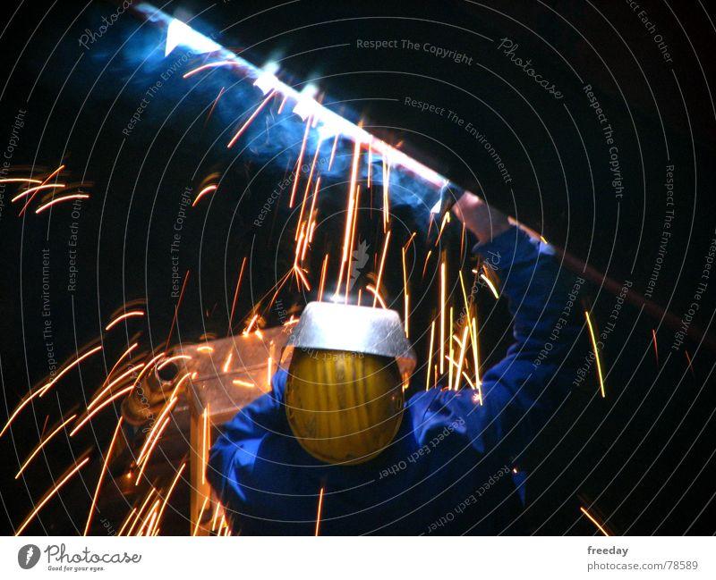 ::: Schweißer  ::: Mensch schwarz gelb dunkel Zeit hell Metall Arbeit & Erwerbstätigkeit PKW orange Aktion Perspektive gefährlich bedrohlich Brille Schutz