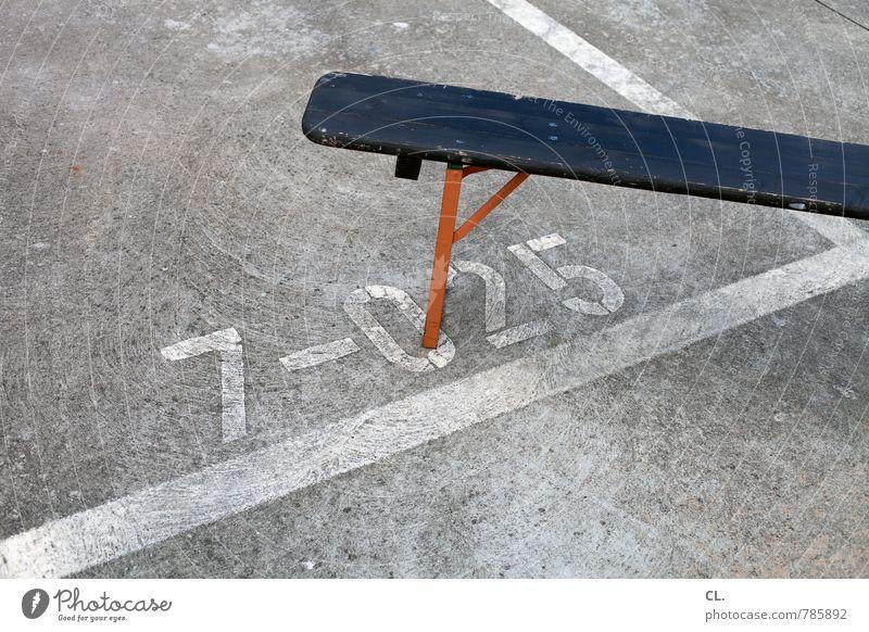 ersatzbank Platz sitzen Bank Ziffern & Zahlen Parkdeck Linie Holzbank warten parken Pause Parkplatz Parkplatznummer Parkplatzmangel Farbfoto Außenaufnahme