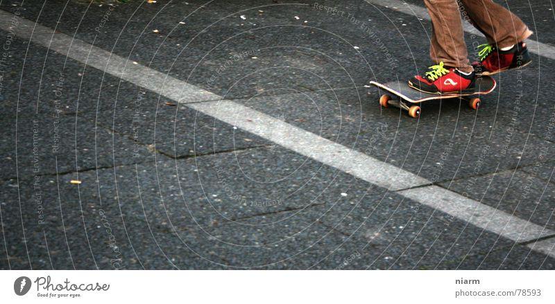 ABFAHRT ! grün Freude Stil springen Freizeit & Hobby Beginn fahren Asphalt Skateboarding Fahrzeug Straßenbelag drehen Erwartung Spannung Rolle