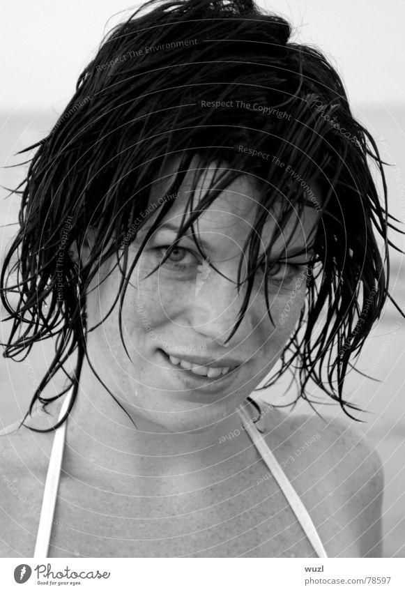 ... schwarz wie ebenholz ... Frau schön Meer Strand Gesicht Auge Spielen Haare & Frisuren lachen ästhetisch Model Dame grinsen Junge Frau himmlisch