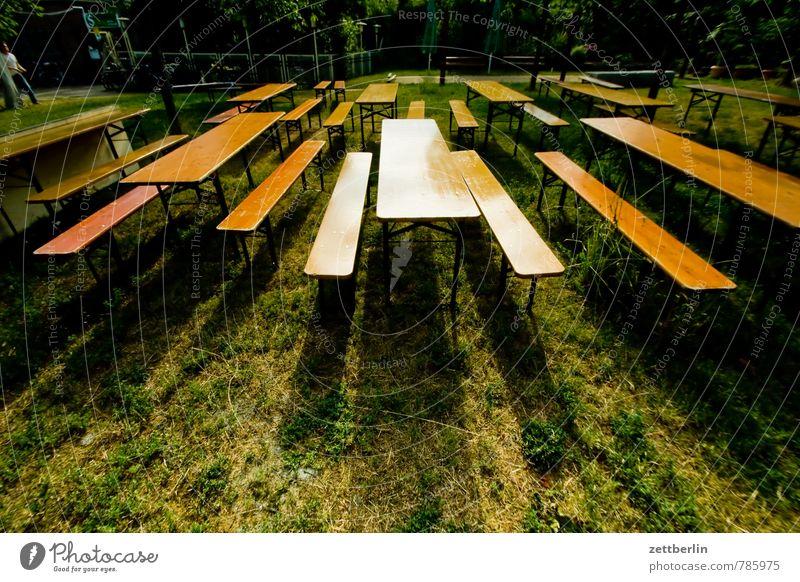 Biergarten Pflanze Sommer Garten Party sitzen frei leer Tisch Textfreiraum Stuhl Bank Möbel Gastronomie Reihe Grillen Publikum
