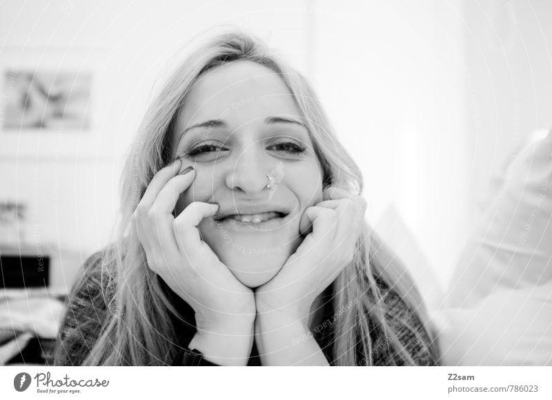 L. Lifestyle elegant feminin Junge Frau Jugendliche 18-30 Jahre Erwachsene Pullover Piercing blond langhaarig beobachten Denken Erholung genießen Lächeln lachen