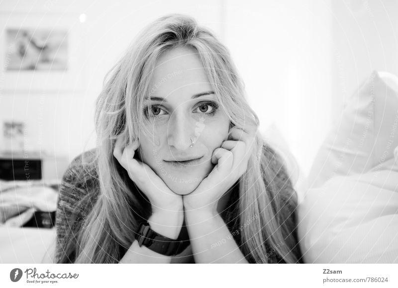 P. elegant Stil feminin Junge Frau Jugendliche 18-30 Jahre Erwachsene Pullover Piercing blond langhaarig beobachten Erholung genießen Lächeln lachen Liebe Blick