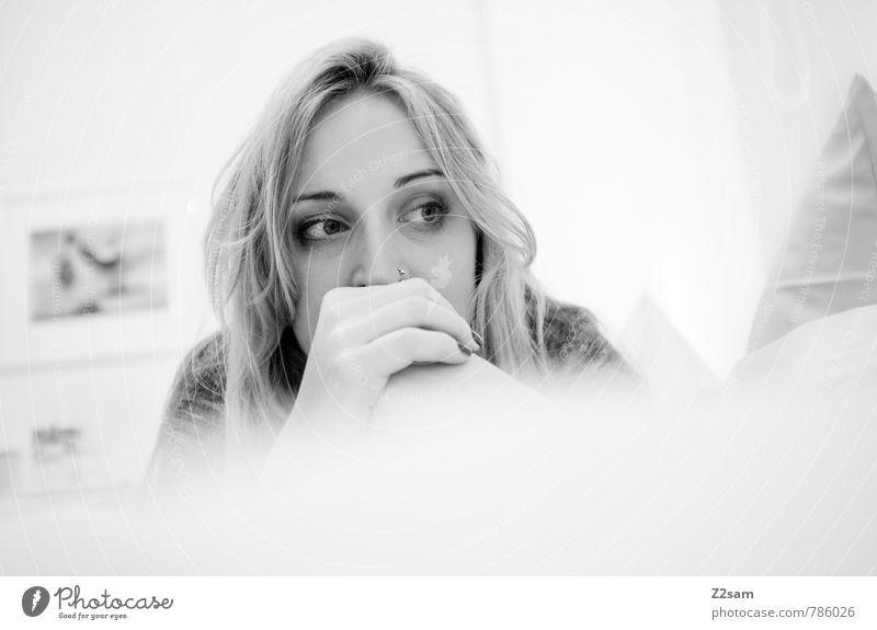Mach da kane Sorgen! elegant Stil Gesundheit Erholung feminin Junge Frau Jugendliche 1 Mensch 18-30 Jahre Erwachsene Pullover Piercing blond langhaarig Denken