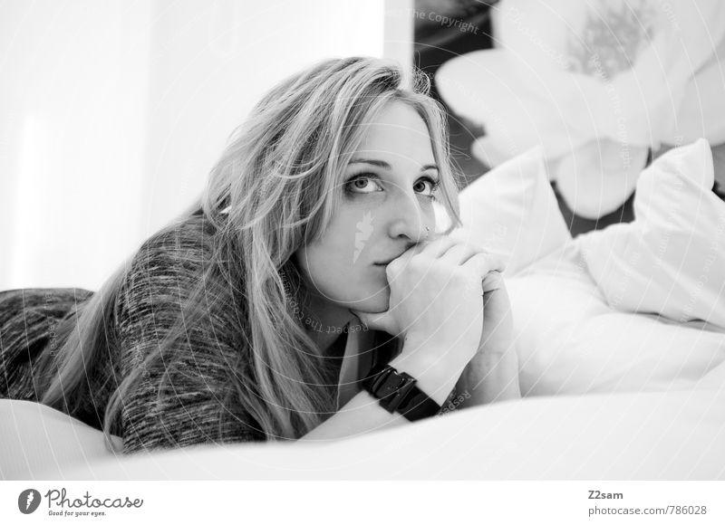 was bringt das neue Jahr! Lifestyle elegant Stil Wellness ruhig Häusliches Leben Schlafzimmer feminin Junge Frau Jugendliche 18-30 Jahre Erwachsene Pullover
