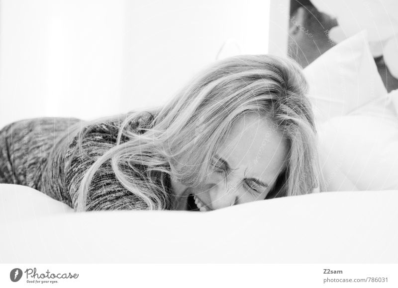 Spinner Lifestyle schön Wohlgefühl Zufriedenheit ruhig feminin Junge Frau Jugendliche 18-30 Jahre Erwachsene Pullover blond langhaarig Erholung lachen