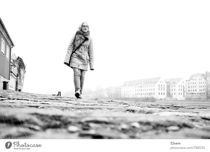 Spaziergang Ferien & Urlaub & Reisen Jugendliche Stadt schön Erholung Junge Frau ruhig 18-30 Jahre Winter kalt Erwachsene feminin Bewegung Stil gehen Stimmung
