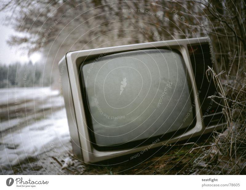 outdoor fernsehen Fernsehen entsorgen entsorgt Fernseher Außenaufnahme Bewusstseinsstörung Bildschirm Winter Müll kaputt Schrott grau kalt trist Kino Theater