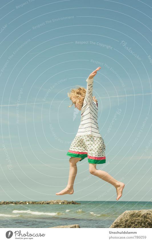 Wannabe Bird Mensch Himmel Kind Ferien & Urlaub & Reisen blau Sommer Meer Mädchen Freude Bewegung Küste Spielen natürlich fliegen springen Luft