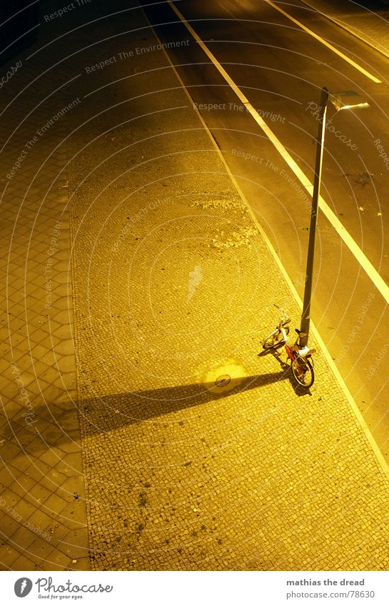 nachteindrücke Bürgersteig Mosaik eckig gelb Straßenbeleuchtung Rechteck Ecke Stein abgelegen Bordsteinkante hart Streifen Asphalt Laterne Licht Physik Nacht