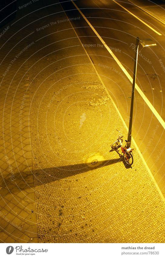 nachteindrücke Stadt Einsamkeit schwarz gelb Straße dunkel Tod Wärme Stein Linie orange Feste & Feiern Fahrrad Beleuchtung Schilder & Markierungen leer