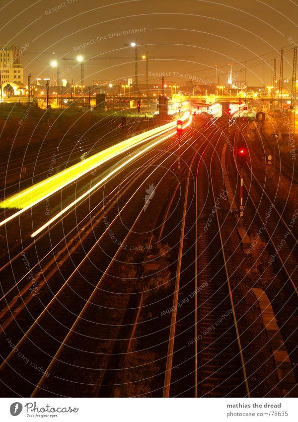 nachteindrücke 2 Stadt rot schwarz Haus Farbe gelb dunkel Berlin Gebäude orange groß Eisenbahn Brücke Streifen Baustelle Zeichen