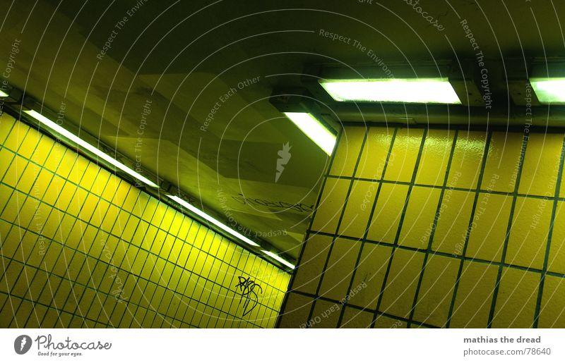 gelbe verschiebung Furche Würstchen Fußgängerunterführung eckig Mauer Wand hart kalt Physik Lampe Licht dunkel Einsamkeit U-Bahn parallel Ecke Tunnel Neonlicht