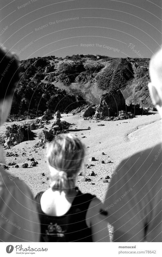 gruppenbild am pico de teide Teneriffa Lava Kanaren Mondlandschaft Stein Spanien Außenaufnahme Ferne verdunkeln Berge u. Gebirge Schwarzweißfoto Menschengruppe
