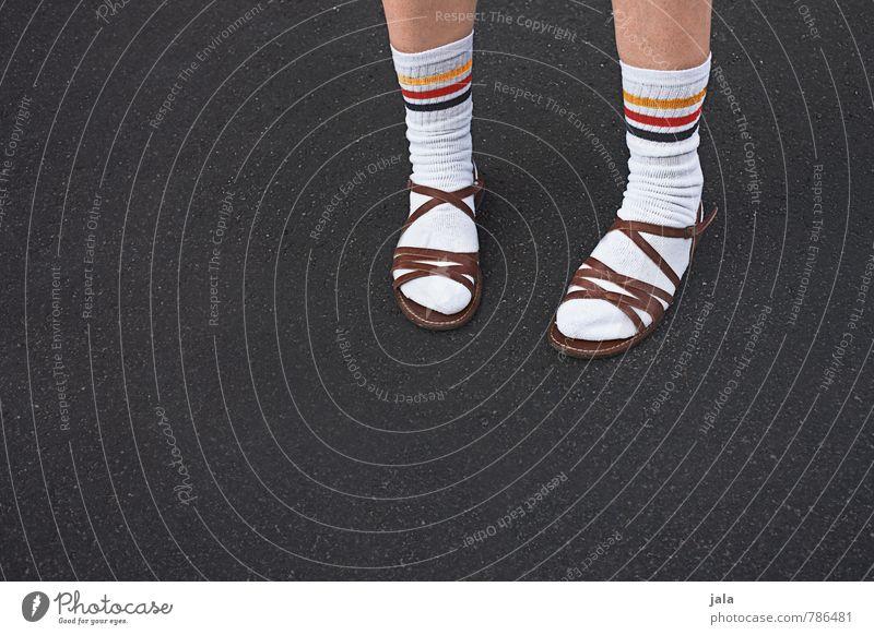 lässig Mensch Beine Fuß 1 Strümpfe weiße Socken Sportsocken Sandale authentisch gut hässlich Originalität geschmackvoll typisch Deutschland Farbfoto