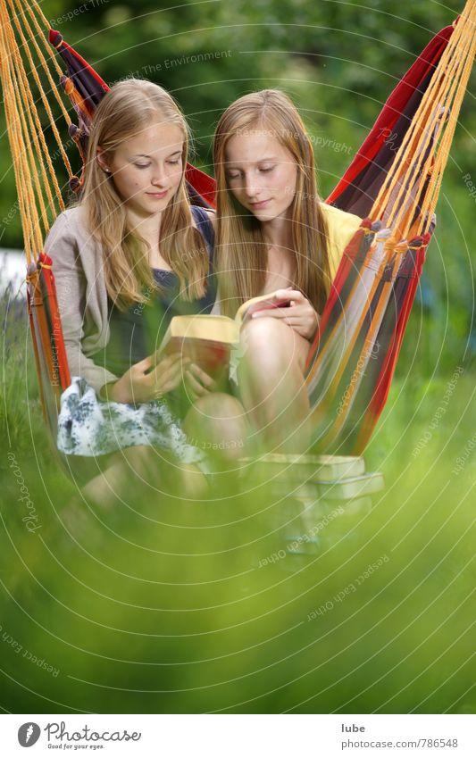 Lesegemeinschaft harmonisch Erholung Mensch feminin Mädchen Jugendliche 2 13-18 Jahre Kind Buch lesen langhaarig schön kuschlig Glück Zufriedenheit Freundschaft