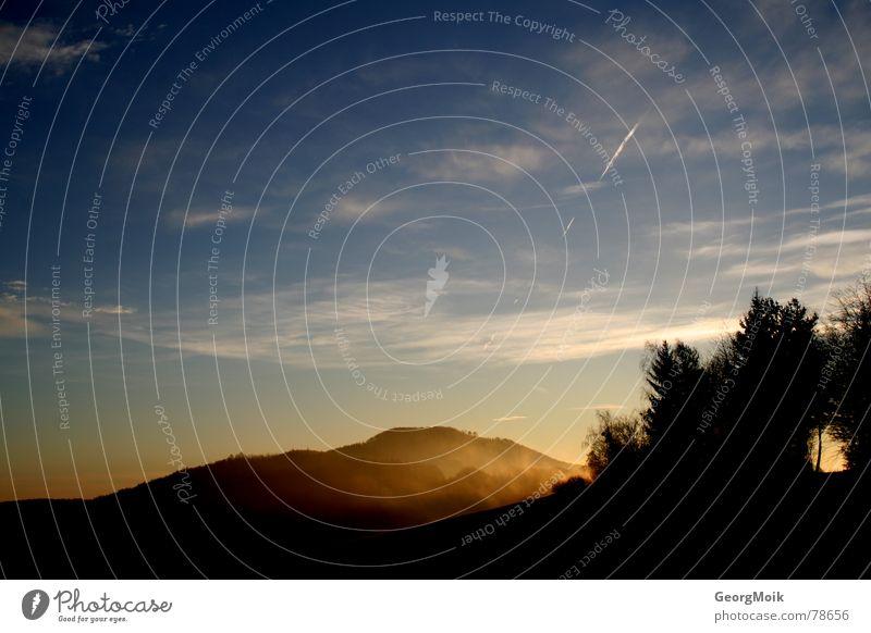 ~P Hügel Wald Holzmehl Baum Wolken Sonnenaufgang Nebel Morgen Flugzeug Luft Hoffnung frisch kalt blau rot gelb weiß hell-blau braun Außenaufnahme