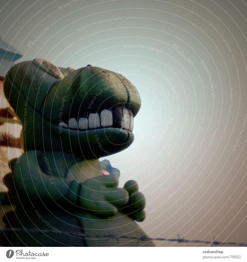 the lost world Kindheit Dinosaurier Einsamkeit Stacheldraht gefangen England Great Yarmouth Godzilla obskur Gebiss Farbfoto Gedeckte Farben Außenaufnahme