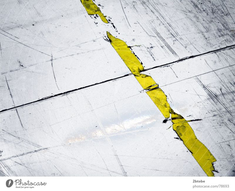 just punch a line... alt Einsamkeit gelb kalt Arbeit & Erwerbstätigkeit grau Wege & Pfade Traurigkeit Linie Angst dreckig Schilder & Markierungen Sicherheit