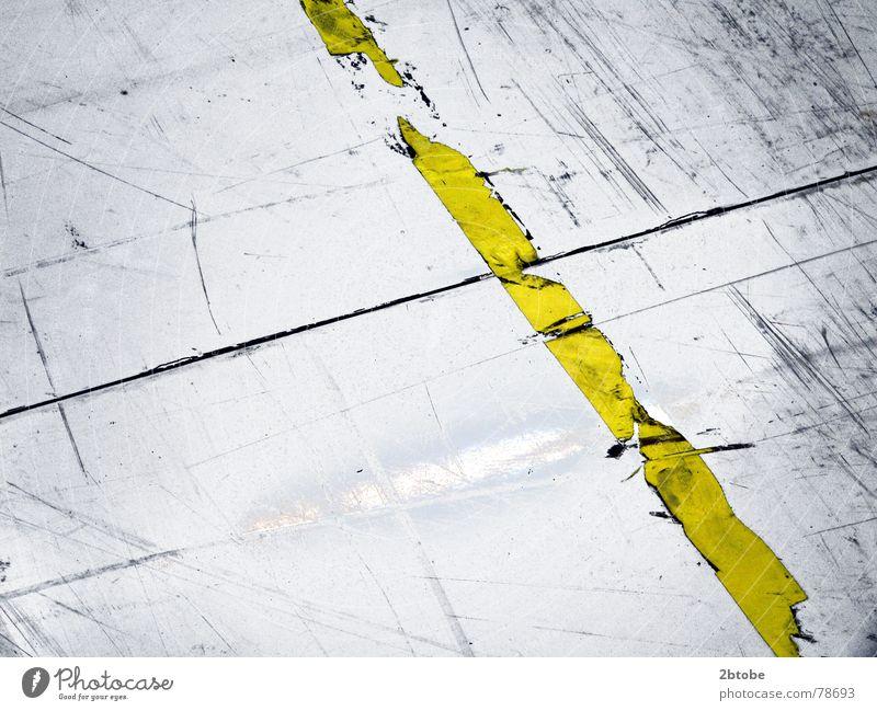 just punch a line... alt Einsamkeit gelb kalt Arbeit & Erwerbstätigkeit grau Wege & Pfade Traurigkeit Linie Angst dreckig Schilder & Markierungen Sicherheit kaputt Industrie trist