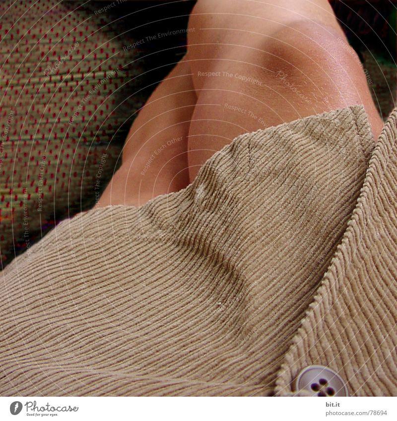 ZUGEKNÖPFT Frau Sommer ruhig Erwachsene Erholung feminin dunkel Gefühle Beine Mode braun sitzen geschlossen liegen modern Boden