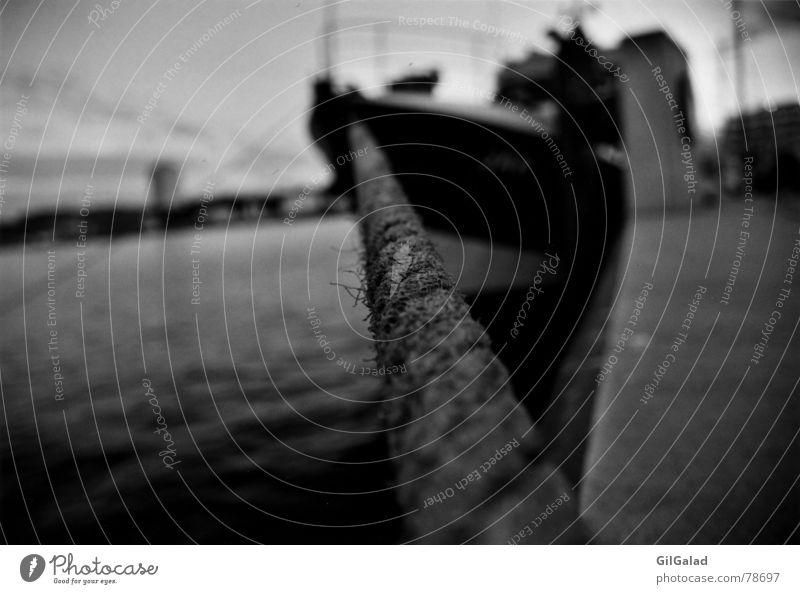 Angeleint Meer Industrie Seil Wasser Kiel Stadt Hafenstadt Personenverkehr Schifffahrt Bootsfahrt Fähre Wasserfahrzeug alt nass schwarz weiß angeleint Kapitän