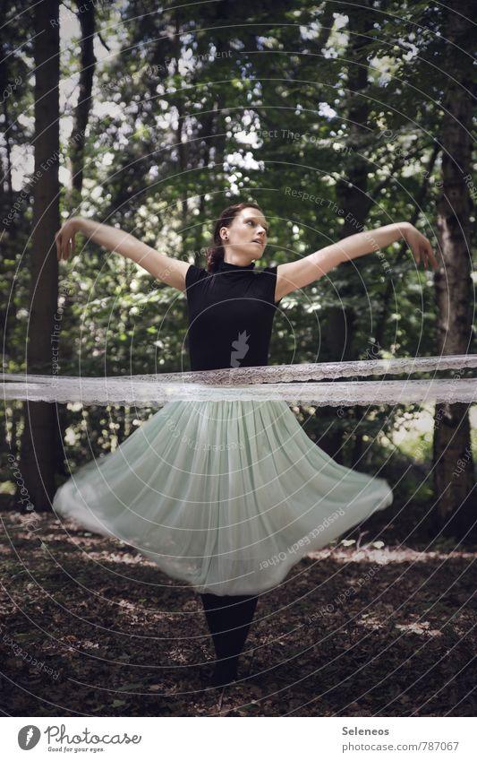 schwungvoll Mensch feminin Frau Erwachsene 1 18-30 Jahre Jugendliche Umwelt Natur Frühling Sommer Pflanze Baum Wald Mode Bekleidung Rock Leben Tanzveranstaltung