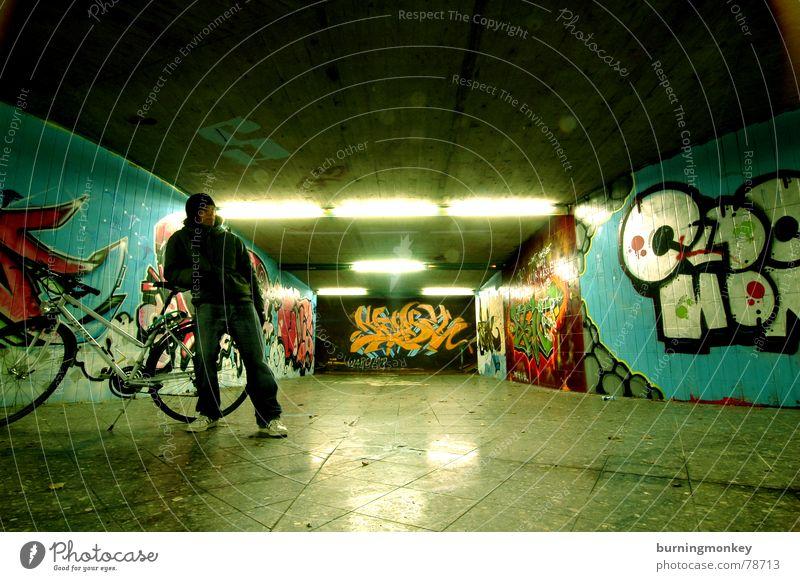Unterführung I Mensch Mann Graffiti Tunnel Typ Neonlicht Kerl Tagger Wandmalereien Leuchtstoffröhre