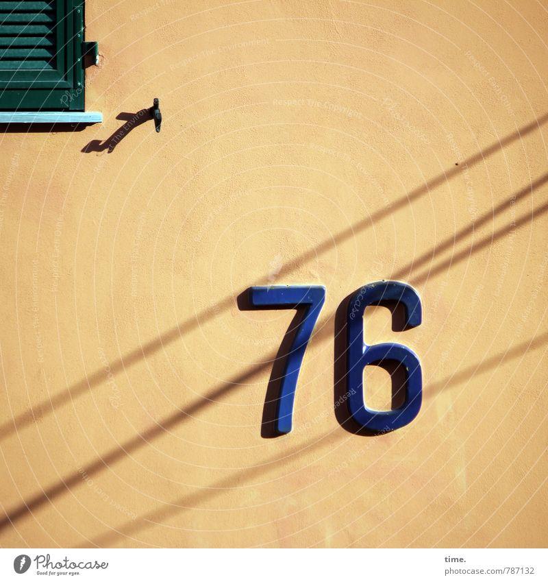 Heimweghilfe Stadt Fenster Wand Wege & Pfade Mauer Stein Stimmung Linie Fassade Ordnung Schilder & Markierungen Kommunizieren Beton Sicherheit Ziffern & Zahlen
