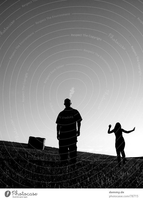 ER&SIE Mann Kerl stehen springen hüpfen Sommer Wolken Frau Hose T-Shirt Top Gras schwarz weiß Wiese Feld Würzburg Abschattung dunkel unsichtbar Silhouette Hand