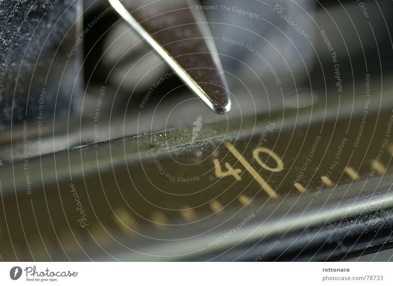 4!0 Genauigkeit Lineal Messung Ladengeschäft Richtwert Schreibmaschine Pulver Staub schwarz Büroarbeit dunkel Reinigen Schwarzmarkt lichtvoll Hauptstelle 40