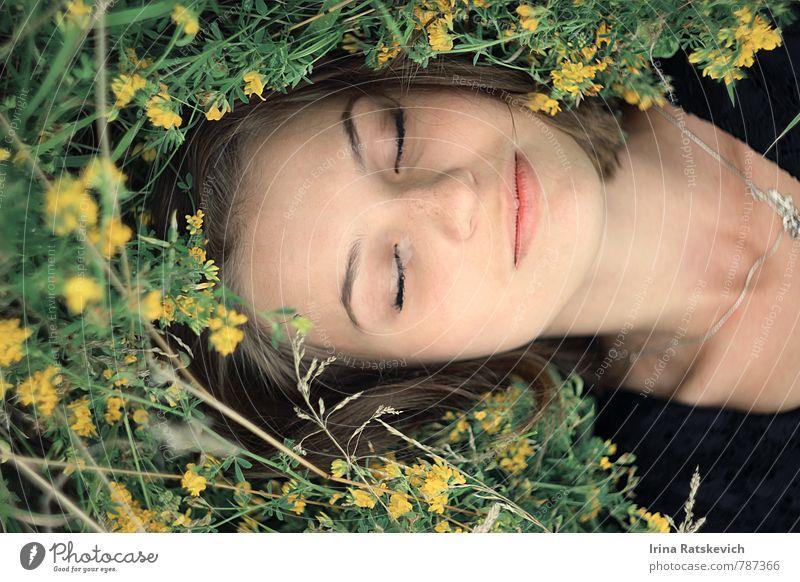 Schlafende Schönheit schön Junge Frau Jugendliche Haare & Frisuren Gesicht 1 Mensch 18-30 Jahre Erwachsene Natur Schönes Wetter Blume Gras Garten Feld genießen