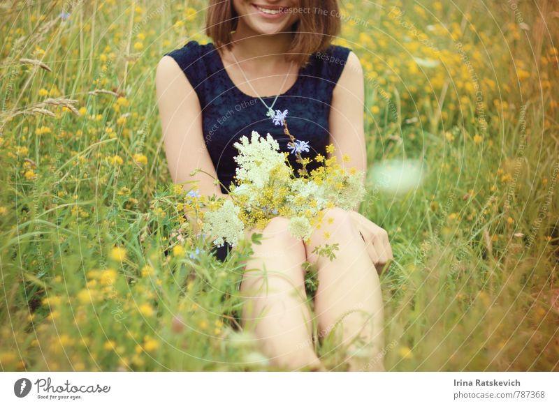 Mensch Natur Jugendliche schön Sommer Erholung Junge Frau Blume Freude 18-30 Jahre Wald Erwachsene Freiheit Glück Beine Körper